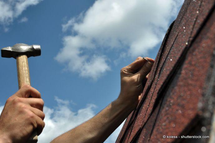 Bitumen-Dachschindel an das Dachgerüst nageln