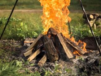 Lagerfeuer im eigenen Garten