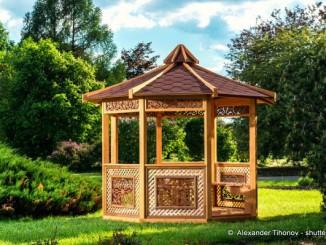 Pavillon aus Holz im Garten