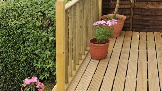 Terrasse vorm Gartenhaus
