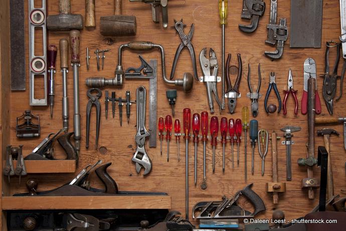 Aufhängungen im Gerätehaus für Werkzeuge