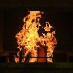 Kaminfeuer in einem Kamin