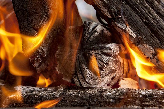 Kaminfeuer mit gelber Flamme