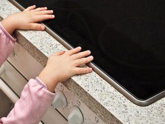 Kind am Küchenherd