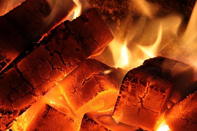 glühende Kohlen in einem Kohleofen