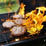 Flammen auf und über dem fettigen Rost