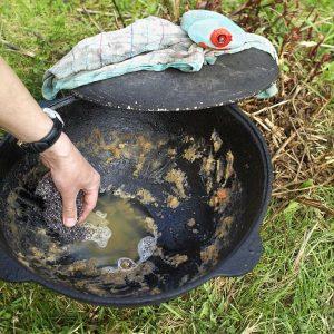 Eisentopf reinigen mit Drahtbürste und Spülmittel