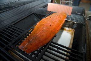 Lachs indirekt grillen: Schale auf der Glut