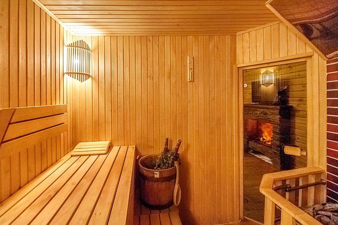 Sauna mit Aufguss und Feuerstätte (rechts unten)