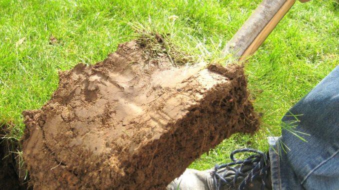 Aushub im Garten für ein Bewässerungssystem | Bild: Fee Klinkerglocke fotolia.com