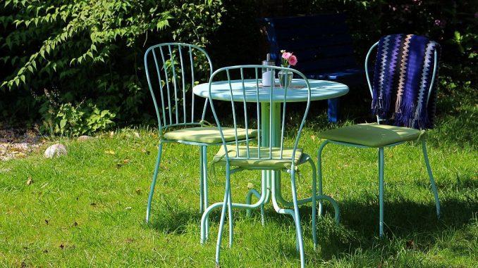Gartensitzgruppe aus Metall - pastellfarben-lackiert | Bild: Antranias