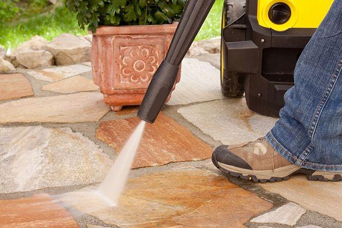 MIt Hochdruckreiniger Garten und Terrasse reinigen