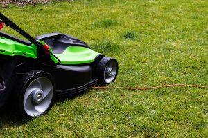 Rasenmäher fährt über Stromkabel