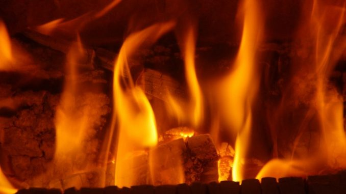 Flammen im Kamin/Kaminofen