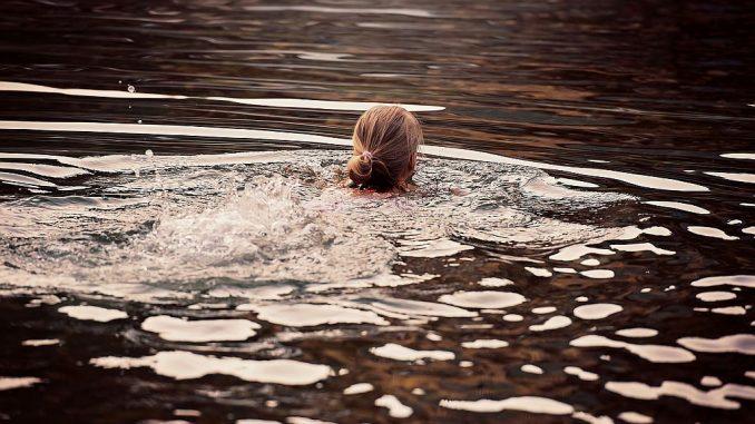 Frau schwimmend | Bild: Pezibear