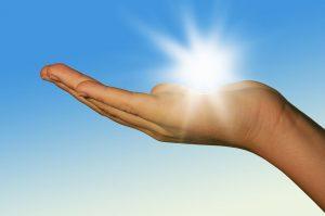 """Sonne auf der Haut/Hand"" | Bild: Christian Stoll fotolia.com"