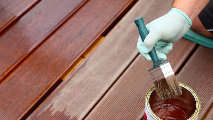 Öl als Holzschutz für Terrassendielen aus Bangkirai | Bild: fotoknips fotolia.com