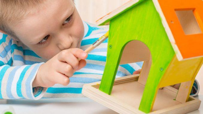 Junge bemalt Vogelhaus | Bild: kosmos111 fotolia.com