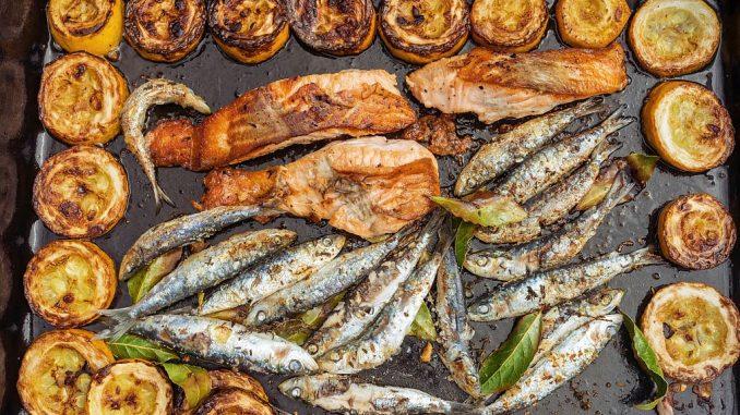 Fisch und Gemüse auf einer Plancha | Bild: chrisberic fotolia.com