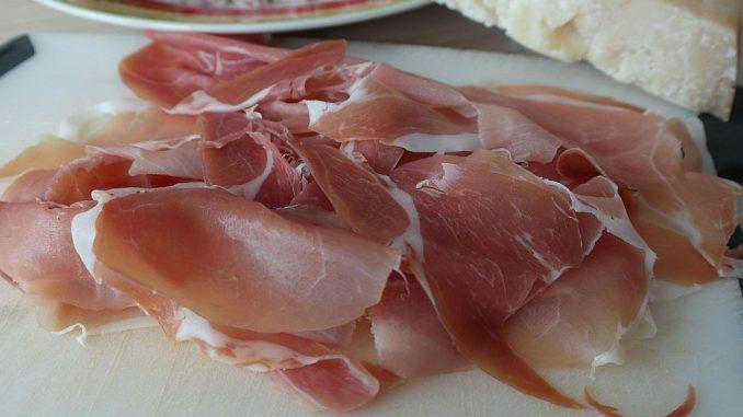 Parmaschinken wird mit Meersalz gepökelt und luftgetrocknet | Bild: Rita E