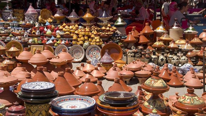 Tajinen als Töpferware auf einem Markt in Marokko | Bild: DanielWanke