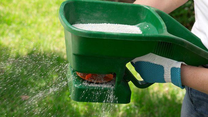 Rasen wird gedüngt | Bild: evgenyb fotolia.com