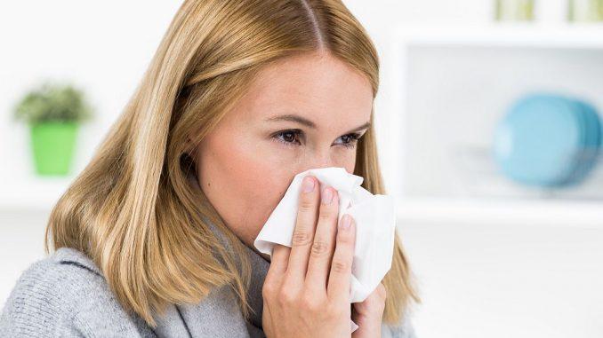 Erkältung: Frau putzt Nase | pictworks fotolia.com