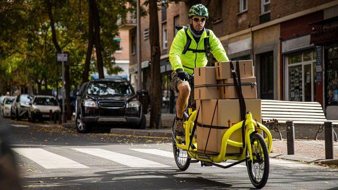 Kurier auf einem Lastenrad/Cargo-Bike | Bild: David stock.adobe.com