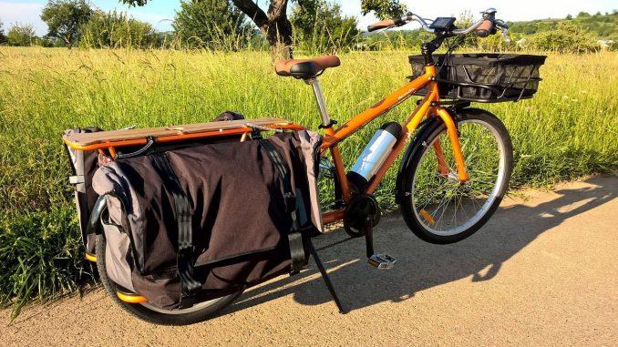 Lastenrad, einspurig, Ladefläche vorn für Korb, Ladefläche hinten mit Seitentaschen | Bild: alamana78
