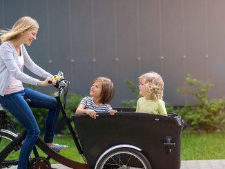 Mutter fährt Kinder im Cargobike | Bild: pikselstock stock.adobe.com