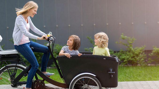 Mutter fährt Kinder im Cargobik | Bild: pikselstock stock.adobe.com
