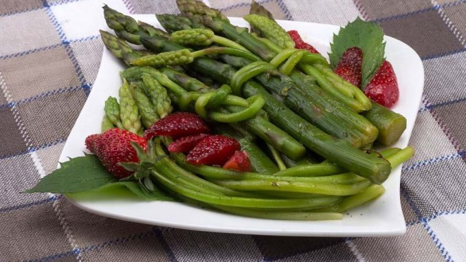Grüner mit Spargel mit roten Erdbeeren | Bild: domeckopol